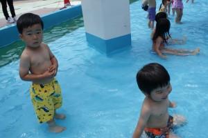 ちょっと緊張しながら…初めてのプール!