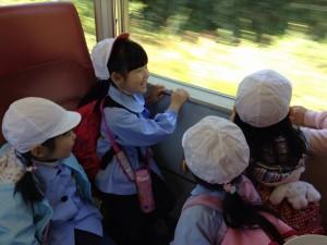 みんなで電車(^^) 窓の風景が飛んでいっちゃうね!