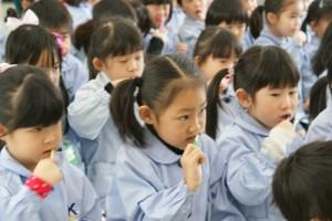 お姉さん達をじっくり見ながら…昨日よりもっと上手な歯磨きを覚えました(^o^)
