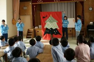 クリスマスツリーのタペストリー!子ども達も楽しんで飾り付けをしました(^o^)