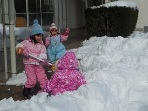 ダイナミックにショベルで雪遊びをする大きい組さんの姿も(^^)