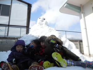 かまくらにもなる大きな雪だるままでいっぱい!