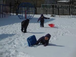無垢の雪の上を歩くのは大変!ヨイショ、ヨイショ!