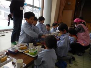 小さい組さんのお世話も自然にお手伝い(^^) 小さい組さんからも「ありがとう!」