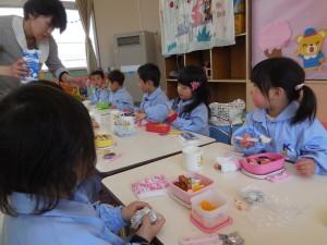 初めてのお昼。「次は先生何をするのかなぁ…」先生の一挙手一投足に視線が集まります(^^)