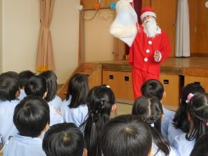 サンタさんも来てくれました!みんなにプレゼント♪