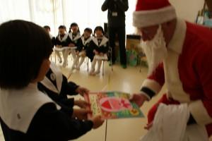年長のお子さんからは、サンタさんにクリスマスカードのプレゼントも♪
