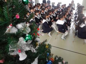 ツリーが飾られたホールで、幼稚園のクリスマス会の始まりです(^^)