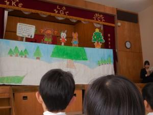 先生達からはペープサートのお話のプレゼント。誰がどの先生かな?