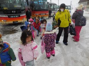 バスに乗ってスキー場に到着!