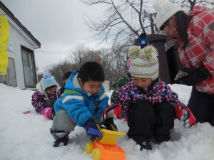 ソリだけじゃなく雪を使って遊んだり。寒さなんてへっちゃら!