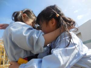 抱き合ってるわけでは無くて、みんなで楽しんだ「タグラグビー」の作戦を考えてるところです(^^)