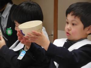 お茶碗を眺める姿もなかなかのもの(^^)