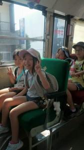 バスの中も慣れてきました。さすが小学生♪