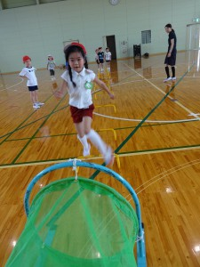 競技も遊び!練習の後はオリジナルの障害を作って、みんなで体を動かしてました(^^)