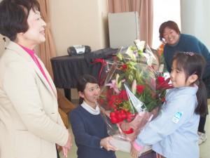 最後は三瓶先生にお礼の花束をプレゼントしました(^^)