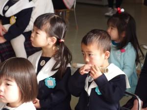 クリスマス会での三重奏。フルートの演奏を見て、思わず自分も真似っこ(^^)