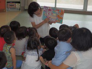 一番小さい組さんも久しぶりの先生の紙芝居に、目と耳を集中してました(^^)