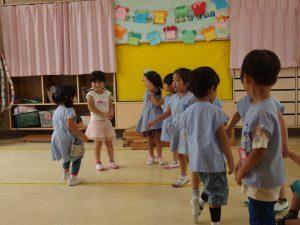 お集まりの時にみんなで一斉遊び♪クラスでの生活リズムを思い出していきます。