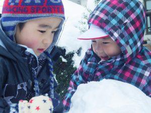 よいしょ、よいしょ!一緒に雪玉作り(^^)