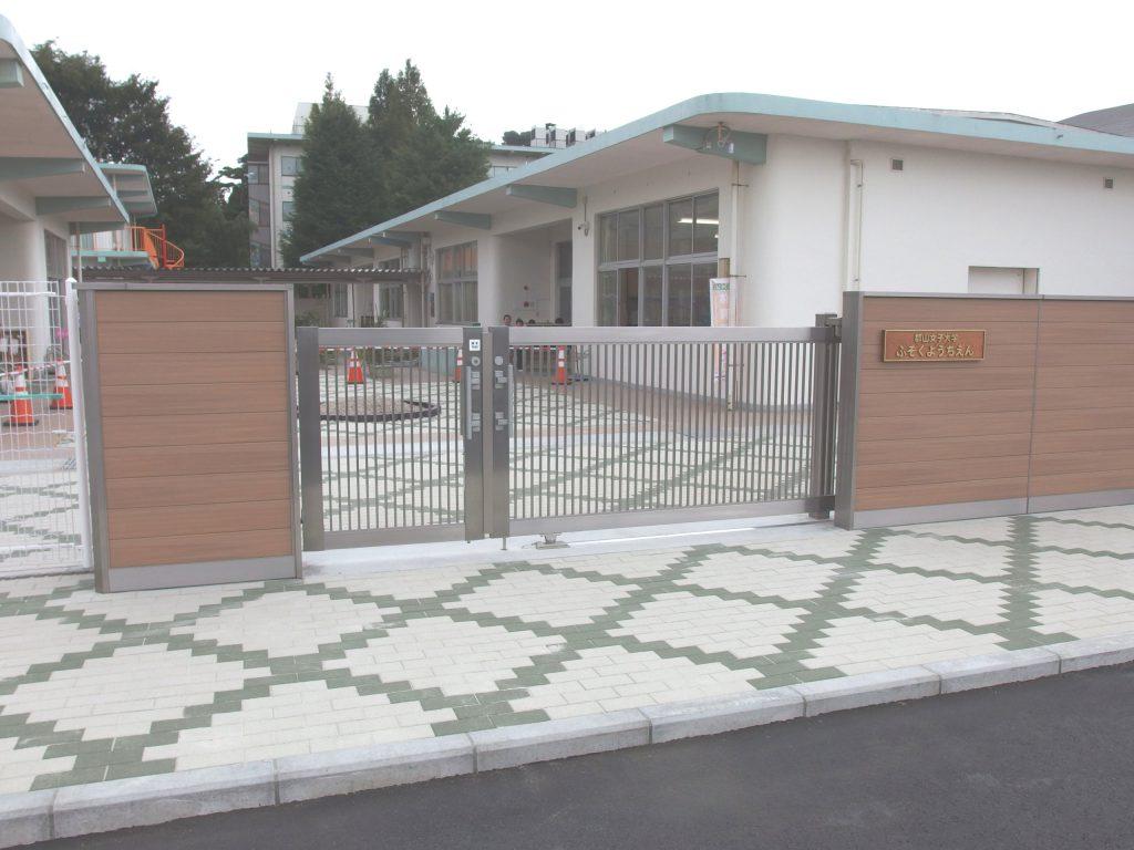 新しい幼稚園の出入口です