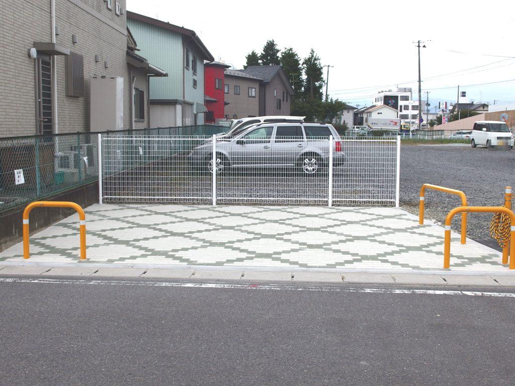 駐車場に設置した横断待機場所(この手前に横断歩道が敷設されます)
