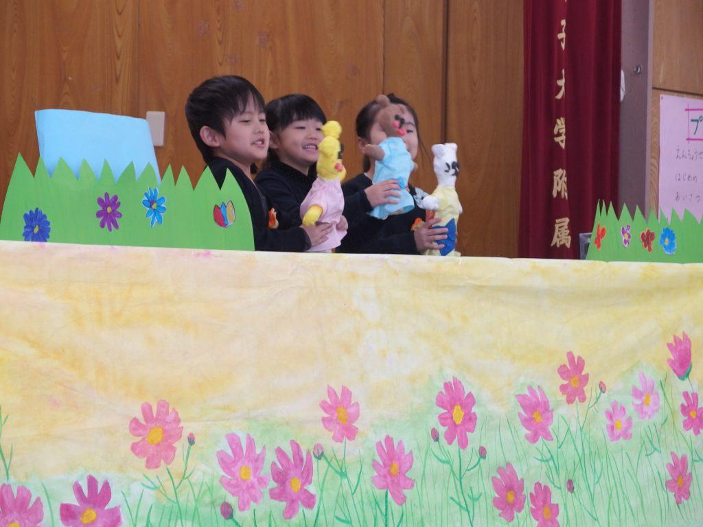 手作りの人形で劇。幼教の学生さんの人形劇が影響してるのかもしれないですね。